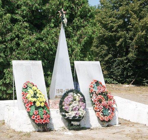 д. Пашково Узловского р-на. Памятник, установленный в 2000 году в честь односельчан, погибших в годы войны.