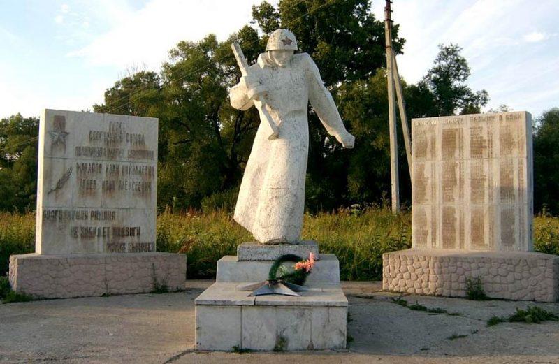 с. Спас-Конино Алексинского городского округа. Мемориал, установленный на братской могиле, в которой похоронено 106 советских воинов, в т.ч. 5 неизвестных.