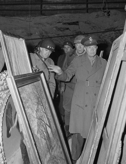 Генерал Дуайт Д. Эйзенхауэр у картин в соляной шахте Меркерса.