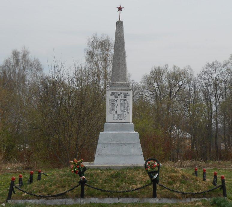с. Лужное Дубенского р-на. Обелиск по улице Чирикова, установленный на братской могиле советских воинов, погибших в годы войны.