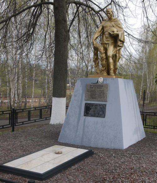 г. Новомосковск деревня Урванка. Памятник, установленный в 1975 году на братской могиле, в которой похоронены советские воины, погибшие в годы войны.