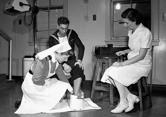Сестринский персонал WRCNS проводит физиотерапевтические процедуры. Новая Шотландия, июль 1945 г.