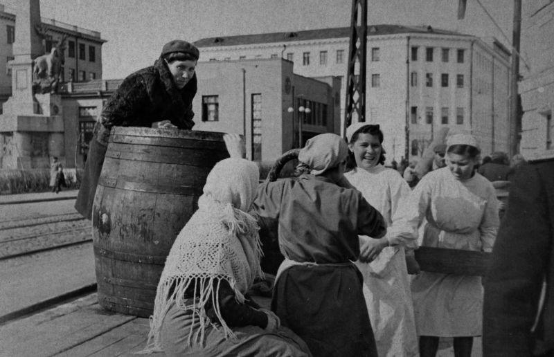 Работницы столовой Архангельска скатывают бочку пива в честь Победы. Троицкий проспект. 9 мая 1945 г.