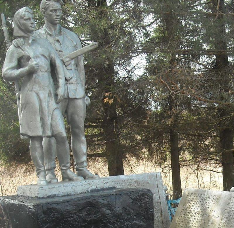 д. Араны Арсеньевского р-на. Памятник, установленный на братской могиле, в которой похоронены советские воины.