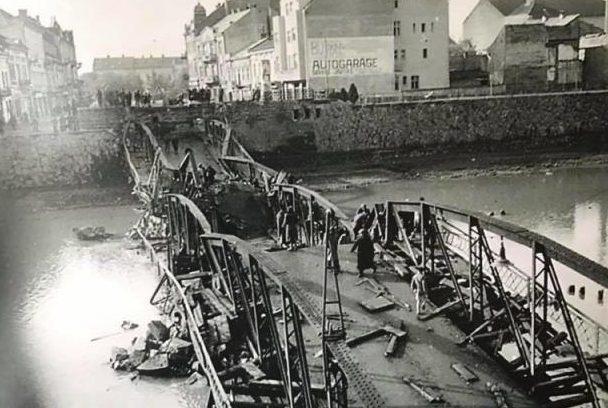Взорванный пешеходный мост. 1944 г.