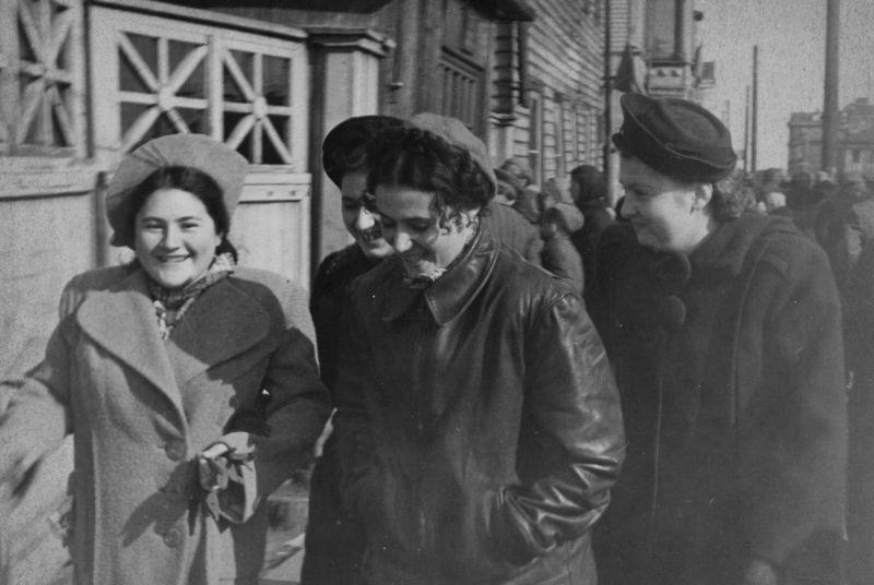 Жительницы Архангельска идут на площадь Профсоюзов на гуляния в честь Победы. 9 мая 1945 г.