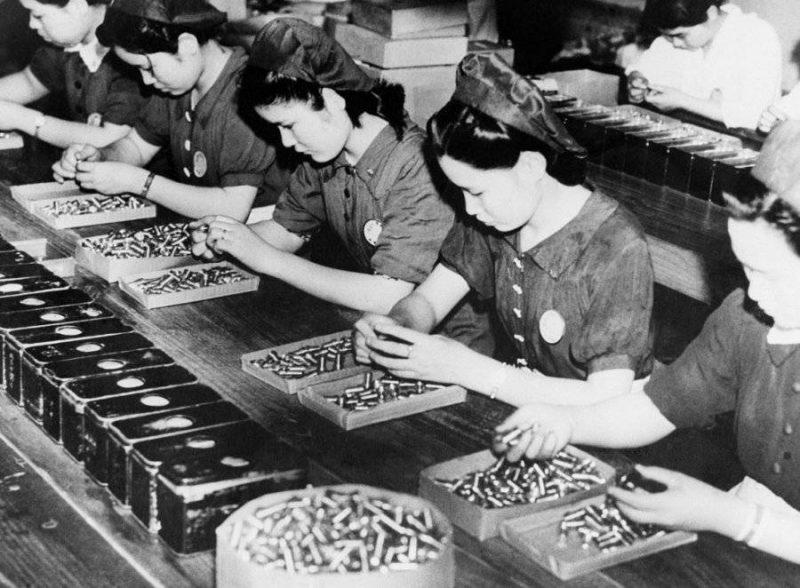 Работницы за контролем качества патронов. Сентябрь 1941 г.