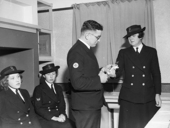 Служащие WRANS в медпункте. 1942 г.