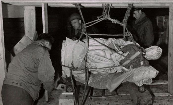 Мадонну Брюгге Микеланджело вывозят из соляных шахты Альтаусзее.