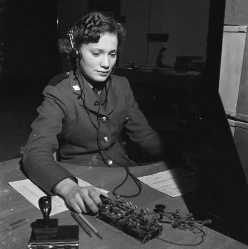 Телеграфист CWAC за работой. 1941 г.