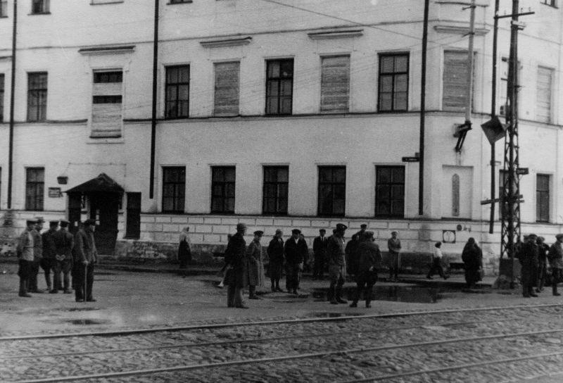 Жители Архангельска слушают обращение И.В. Сталина к советскому народу в честь победы над Японией. 2 сентября 1945 г.