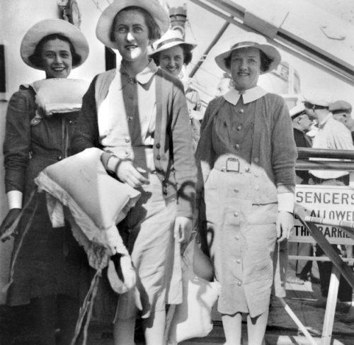 Медсестры и физиотерапевты на борту австралийского госпиталя «Манунда». Февраль 1941 г.