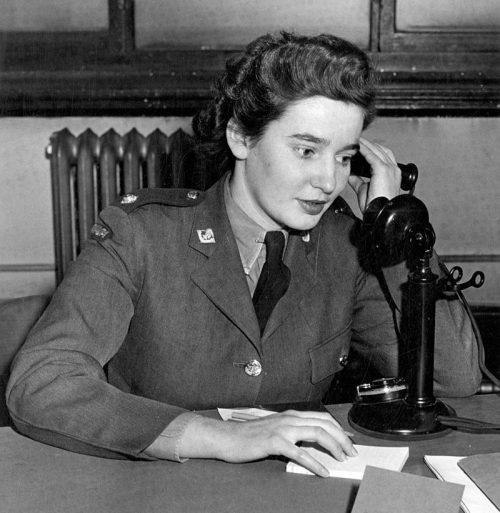 Оператор CWAC отвечает на телефонный звонок. 1941 г.