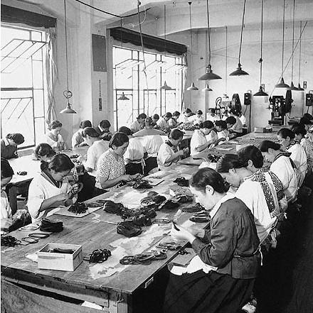 Женщины за изготовлением противогазов. 1942 г.