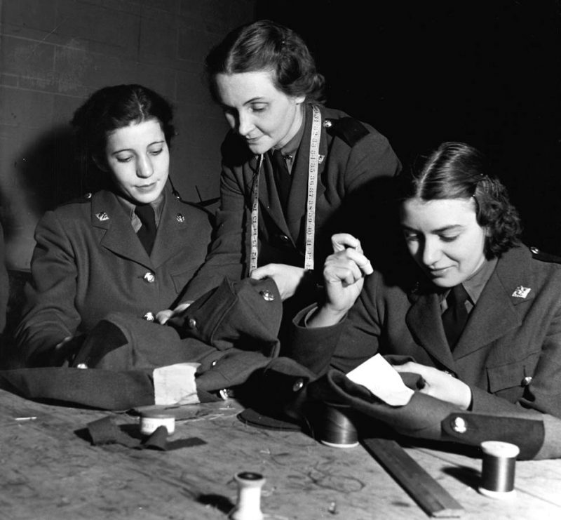 Служащие CWAC подгоняют униформу. 1941 г.
