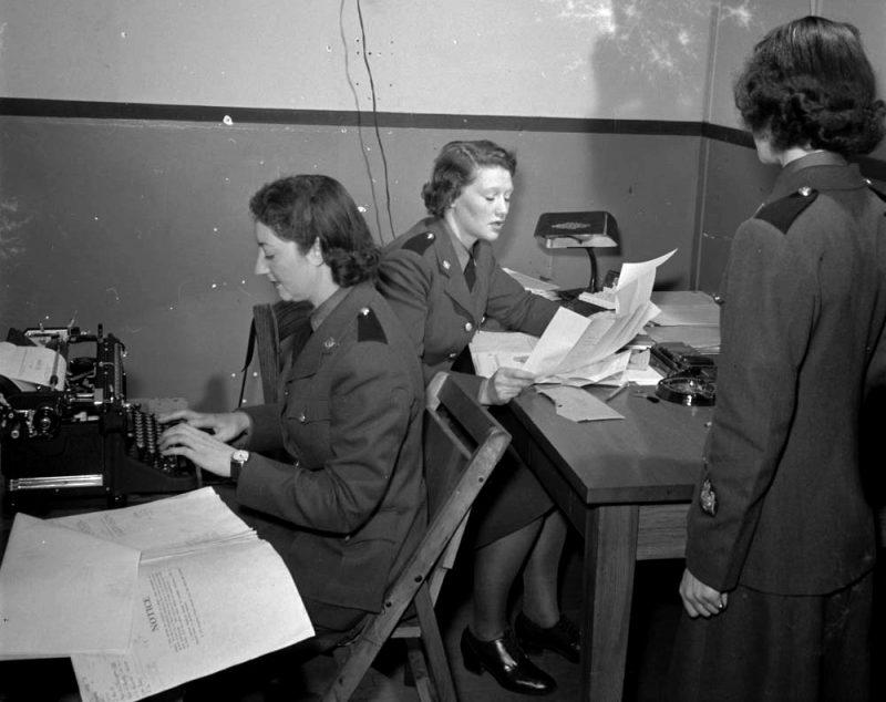 Офисные работники CWAC. Декабрь 1941 г.
