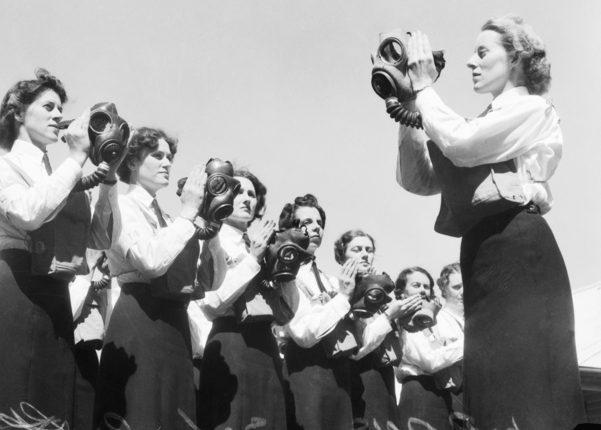 Члены WRANS обучаются использовать противогазы на базе ВМФ Флиндерс. Январь 1943 г.