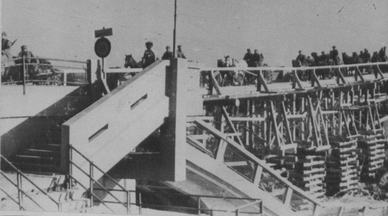 Восстановленный временный мост в городе. 1944 г.