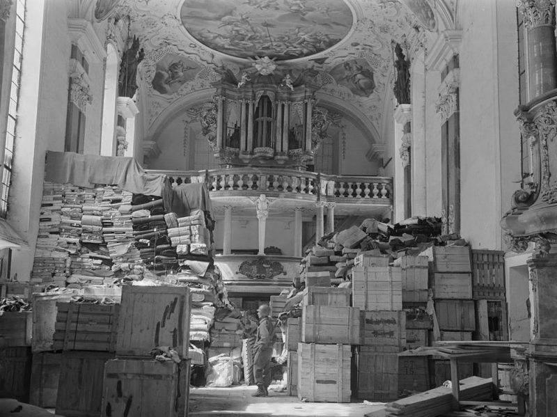 Немецкая добыча, хранящаяся в Шлосскирхе Эллингене, найденная войсками 3-й армии США.