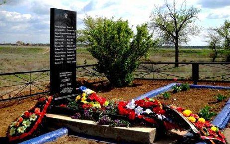 п. Капустин Яр г. Знаменск. Памятник на братской могиле советских воинов Сталинградского фронта, умерших от ран в эвакуационном госпитале №4184.
