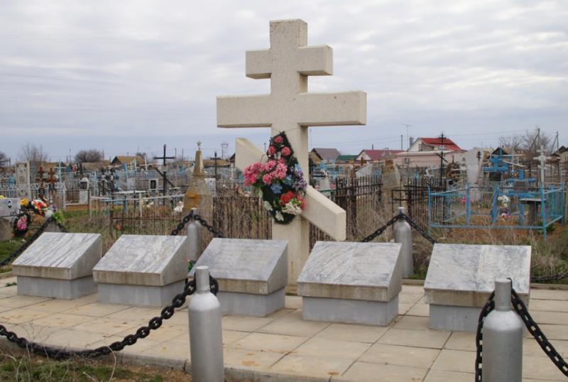 п. Капустин Яр г. Знаменск. Поклонный крест, установленный в 1996 году на братской могиле воинов погибших в годы войны.
