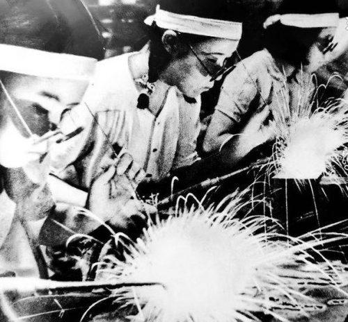 Женщины - сварщики. 1942 г.