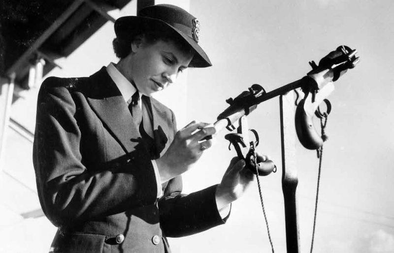 Сигнальщик WRANS проверяет свое оборудование. 1945 г.