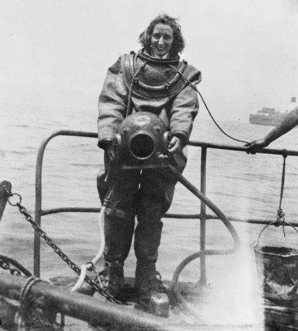 Член WRANS Гвенда Корнуоллис в полном снаряжении для спуска под воду. Сиднейская гавань, Август 1945 г.
