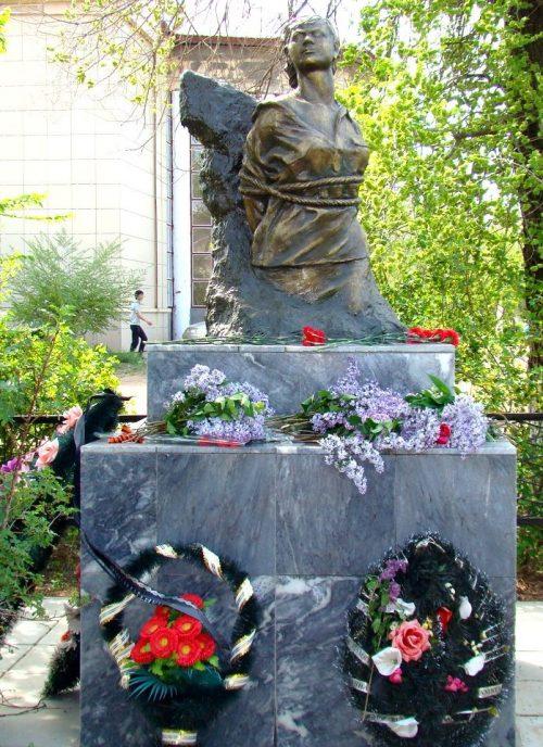г. Ахтубинск. Памятник установлен на площади Победы в 1967 году в память о землячке Вале Заикиной, члену партизанского отряда «Максим», погибшей в бою 2 декабря 1942 года.