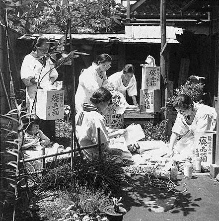 Подготовка посылок на фронт. 1942 г.