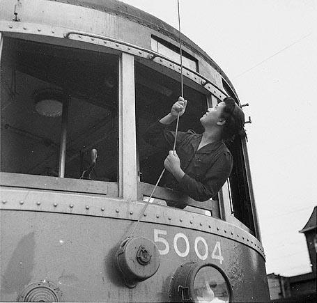 Женщина – водитель трамвая. 1942 г.