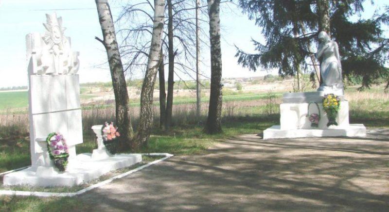 д. Астапово Арсеньевского р-на. Мемориал «Скорбящая мать».