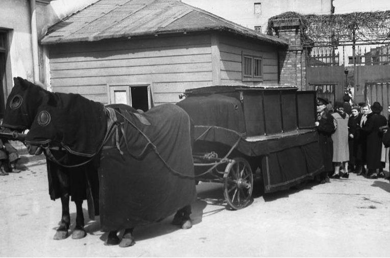 Похороны у ворот еврейского кладбища на улице Гензия. Май 1941 г.