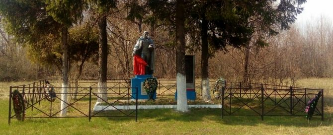 с. Дубики Ефремовского городского округа. Памятник, установленный на братской могиле советских воинов, погибших в годы войны.