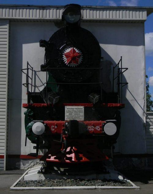 г. Узловая. Памятник, установленный в 2013 году в честь трудовых подвигов работников локомотивного депо Узловая, работавших в период Великой Отечественной войны.