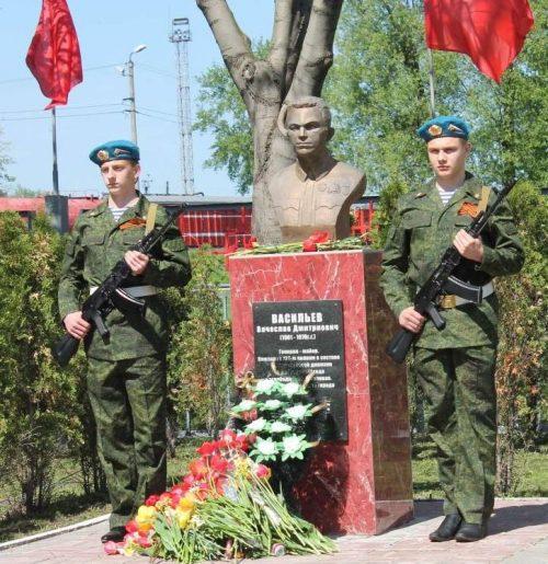 г. Узловая. Бюст генерал-майора В. Д. Васильева, освобождавшего город, установлен на одноименной улице в 2015 году.