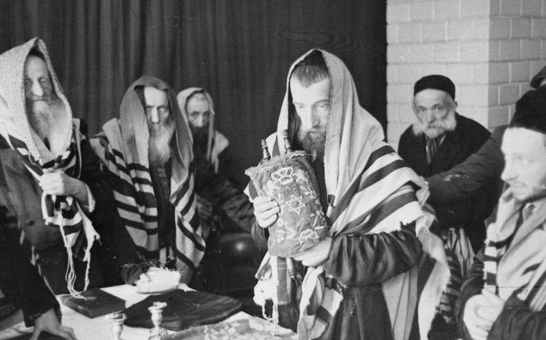 Молящиеся евреи. Май 1941 г.