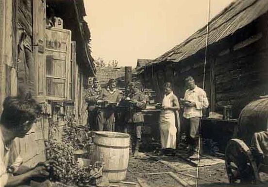 Немецкие солдаты в Луцком гетто. Октябрь 1941 г.
