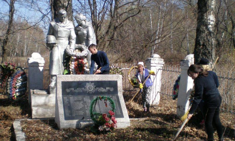 п. Борец Арсеньевского р-на. Памятник, установленный на братской могиле, в которой похоронены советские воины.