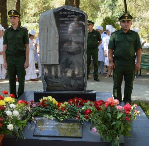 г. Ахтубинск. Памятник на территории военного госпиталя, установленный в 2017 году в честь медиков, погибших при исполнении воинского долга.