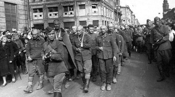 Немецкие военнопленные идут через город. 1942 г.
