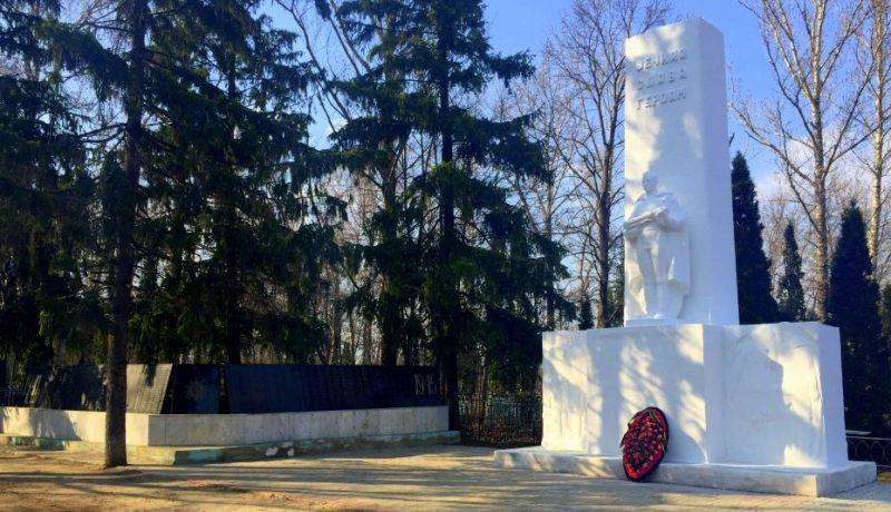 г. Ефремов. Памятник, установленный на братской могиле советских воинов, погибших в годы войны.