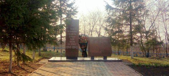 д. Заречье Ефремовского городского округа. Памятник, установленный на братской могиле советских воинов, погибших в годы войны.