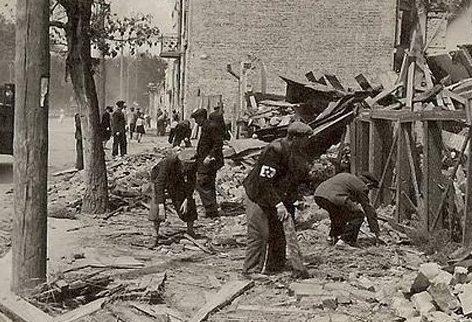Евреи работают на улицах города. 1942 г.