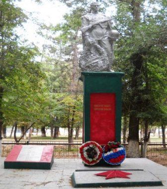 п. Волжский Енотаевского р-на. Памятник, установленный в 1975 году в честь воинов, павшим в годы войны.