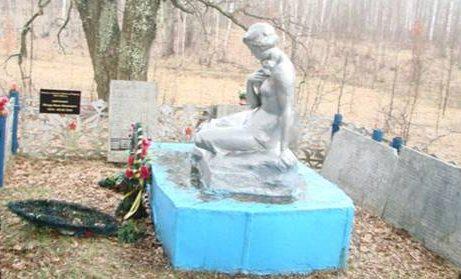 д. Корытинка Арсеньевского р-на. Памятник, установленный на братской могиле, в которой похоронены советские воины.