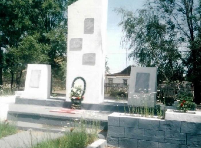 с. Восток Енотаевского р-на. Памятник по улице Октябрьской, установленный в честь земляков, погибших в годы войны.