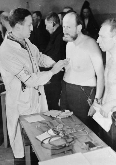 Медицинский осмотр перед отправкой на работы. Май 1941 г.