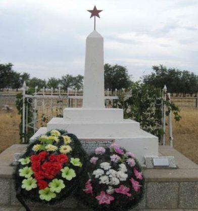 с. Грачи Енотаевского р-на. Братская могила солдат взвода 51-й армии.