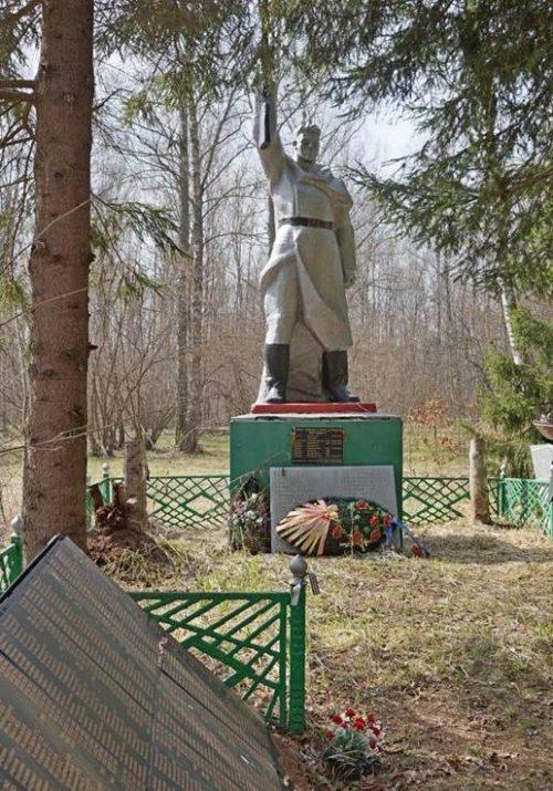 д. Корытинка Арсеньевского р-на. Памятник у лесного озера, установленный на братской могиле, в которой похоронены советские воины.